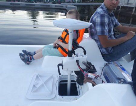 Катамаран СанЛайт с мотором, солнечной панелью и привальным брусом